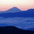朝焼けに浮かぶ富士山