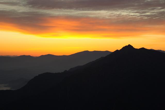 夕焼けと荒沢岳